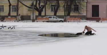 Chien sauvé des eaux glacées par un homme